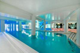 Bursos viešbučio baseinas