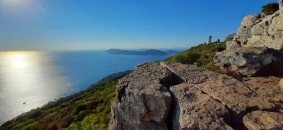 Vaizdas saloje su uola